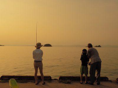 【小豆島カメラ】古川絵里子 夏休み、遊びにきた孫に釣りを教えるおじいちゃん。夕暮れまで楽しみ、釣れた魚は夜ごはんに。