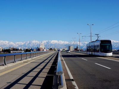 【AMAZING TOYAMA写真部】板倉克之 神通川に架かる富山大橋。ビル群と雄大な立山連峰が広がり、ここを通ると気持ちが大らかに。