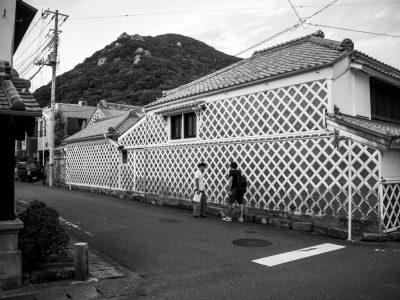 【下田写真部】渡邉一夫 黒と白のコントラストが粋なナマコ壁の古民家がたくさんあります。最も大きな「雑さいちゅう忠」です。