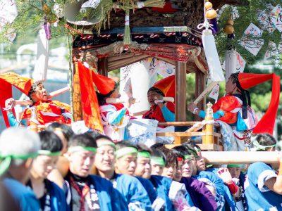 【小豆島カメラ】三村ひかり 秋の太鼓祭り。太鼓台を担ぐ大人、その上で太鼓を一生懸命たたく子ども。その姿にぐっとくる。